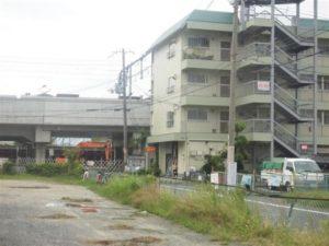 車掌が飛び降りた高架。高さは手前のマンションの3階部分に相当する=大阪府東大阪市